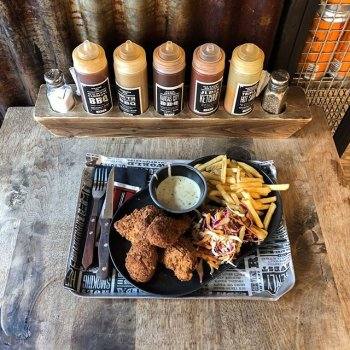 Get it before it goes… our Smoked Fried Chicken special launched today! But you better be quick – it's only on our menu until the end of November. Only 12.95 for a tray filled to the brim with chicken, fries, slaw and white gravy (a true U.S. staple)! Can we get an amen? 🍗 🙏🏻