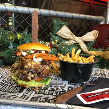 Come ruin your afternoon productivity in the best way possible. Our Christmas lunch menu is only 9.95 🎄🍔 Get our veggie Jack Pit Burger before it's gone 🙏🏻